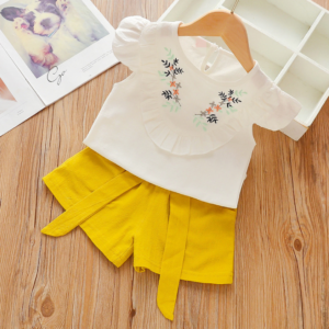 Summer girls' flying sleeve Flower pattern short sleeve shirt and shorts two piece set (yellow)